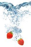 Клубника падает глубоко под воду Стоковое Фото