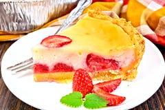 Клубника пирога с сметаной в блюде на темной доске Стоковое Изображение RF
