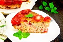 Клубника пирога с студнем в плите на темной доске Стоковая Фотография RF