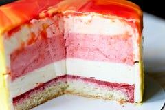 Клубника торта Muscovy с сливк и Stroiteley Оно состоит из 2 типов муссов Первый мусс в белизне Стоковые Изображения