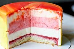Клубника торта Muscovy с сливк и Stroiteley Оно состоит из 2 типов муссов Первый мусс в белизне Стоковые Фотографии RF