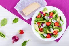 Клубника, шпинат младенца, козий сыр красного лука и авокадо sa Стоковая Фотография RF