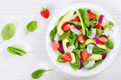 Клубника, шпинат младенца, красный лук, козий сыр и авокадо s Стоковое Фото