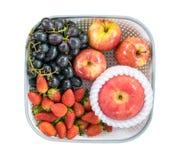 Клубника Яблока и черная виноградина в подносе Стоковое Изображение RF