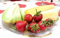 Клубники, ананас и дыня на плите Стоковые Изображения RF
