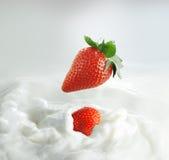 клубники выплеска молока стоковые фото