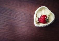 Клубники в сливк в форме сердца Стоковая Фотография RF
