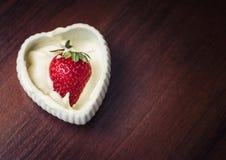 Клубники в сливк в форме сердца Стоковые Фотографии RF