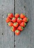 Клубники в форме сердца на деревянной предпосылке Стоковая Фотография RF