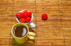 Клубники в чашке и кофе, предпосылке ротанга, отборном фокусе на Стоковое Изображение
