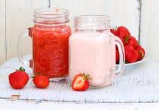 клубники десерта сладостные Десерт клубники с свежими ягодами и y Стоковые Изображения RF