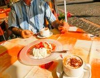 Клубники десерта с сливк и чашкой coffe Стоковые Фото