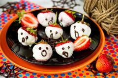 Клубники десерта хеллоуина в расплавленном белом selecti шоколада Стоковое фото RF