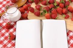 Клубники лета cream предпосылка, пустая книга рецепта, поваренная книга, космос экземпляра Стоковая Фотография