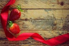 Клубники и красная лента сатинировки Стоковое Фото