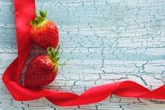 2 клубники и красной лента сатинировки Стоковое Фото