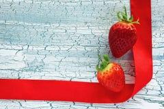 2 клубники и красной лента сатинировки Стоковое фото RF