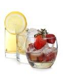 Клубники и стекло лимона стоковая фотография rf