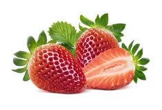 2 клубники, половинной ягода и листья на белом backgr Стоковые Фото