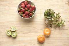 Клубники, плодоовощ кивиа апельсинов с чаем мяты Стоковая Фотография