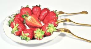 Клубники тарелки сочные зрелые Стоковое Фото