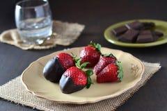 Клубники шоколада на темной предпосылке Стоковые Изображения RF