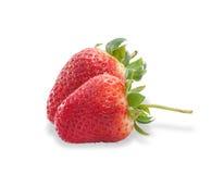 2 клубники ягод зрелых при изолированные листья Стоковое Изображение RF
