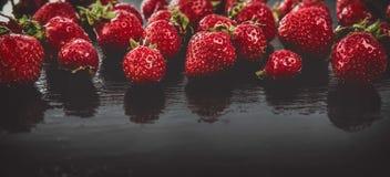 Клубники ягоды на черной яркой предпосылке Стоковая Фотография RF