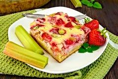 Клубник-ревень пирога с сметаной на зеленой салфетке Стоковое Изображение