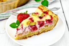 Клубник-ревень пирога с сметаной на светлой доске Стоковые Изображения RF