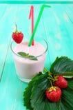 Клубник-milkshake в стекле на меню яркой предпосылки диетическом Стоковое фото RF
