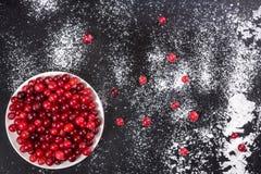 клюква Клюквы на предпосылке белых dars плиты каменной Стоковое Изображение