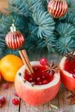 Клюква обдумывала вино, яблока, tangerines и специи на таблице Стоковые Фотографии RF