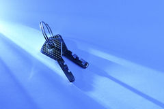 2 ключа лежа в луч свете Стоковое Изображение