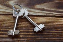 2 ключа металла на деревянной предпосылке Стоковое Фото