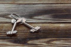 2 ключа металла на деревянной предпосылке Стоковые Изображения RF