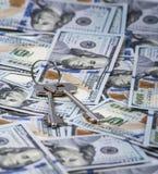 2 ключа на предпосылке долларов Стоковые Фотографии RF