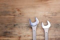 2 ключа на древесине Стоковые Изображения