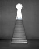 Ключевая дверь формы на бетонной стене с лестницами и outsid вида на город Стоковая Фотография