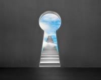 Ключевая дверь формы с конкретными лестницами и голубым небом снаружи Стоковые Фото