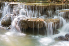Ключевая вода крупного плана каскадирует в водопадах леса глубокого forestCloseup глубоких в национальном парке стоковая фотография