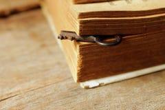 Ключевая и старая книга на старом тоне таблицы, винтажного и мягких Стоковое фото RF