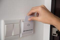 Ключевая карточка к активировать электричество в гостинице комнаты Стоковое Изображение RF