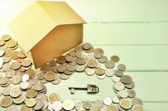 Ключевая концепция денег сбережений заранее поставленная делом монетки денег растущим T стоковые изображения