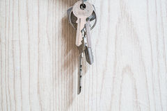Ключевое кольцо на деревянных текстурах Стоковая Фотография RF