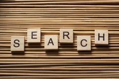 Ключевое слово для поиска на деревянном кубе на деревянной предпосылке Стоковая Фотография RF