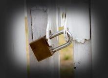 Ключевой замок на белой загородке для имущества защиты Стоковое фото RF