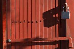 Ключевой замок на красной двери Стоковое фото RF