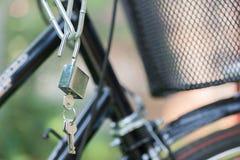 Ключевой замок с цепью на велосипеде Стоковое Изображение