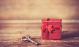 Ключевой и меньший подарок Стоковое Изображение